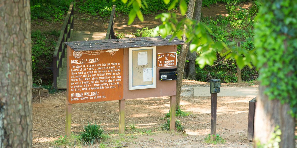 Sign listing disc golf rules and etiquette